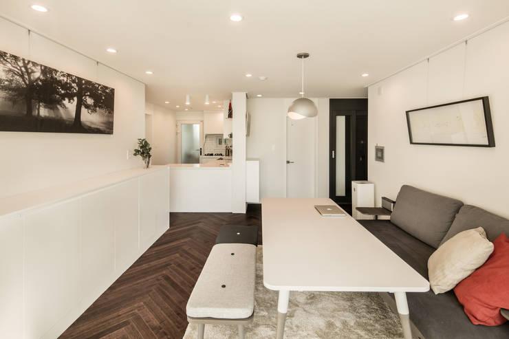 现代客厅設計點子、靈感 & 圖片 根據 봄디자인 現代風