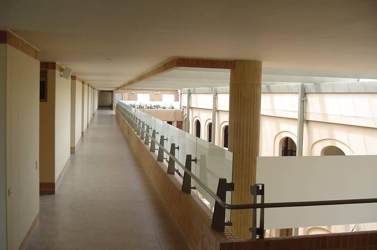 Hogar Santa Teresa Jornet: Salones de conferencias de estilo  por Polanco Bernal Arquitectos