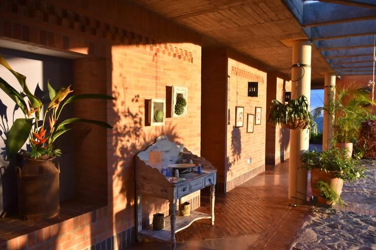Pasillos y vestíbulos de estilo  de Polanco Bernal Arquitectos