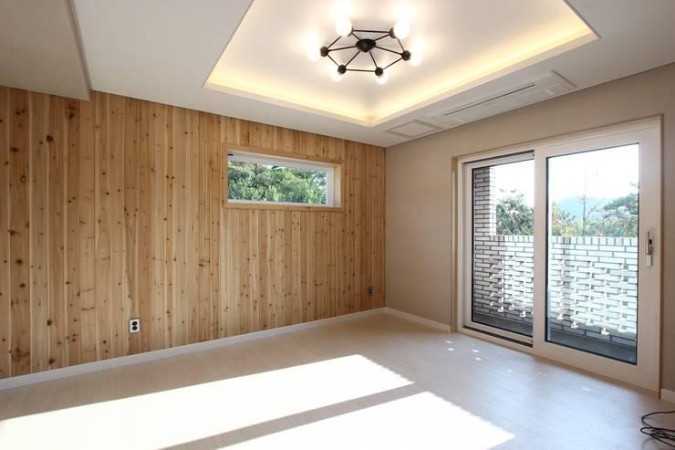침실, 자연과 함께: (주)디엘건축의  침실