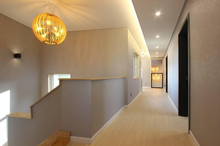 펜던트 등의 아름다움: (주)디엘건축의  복도, 현관 & 계단