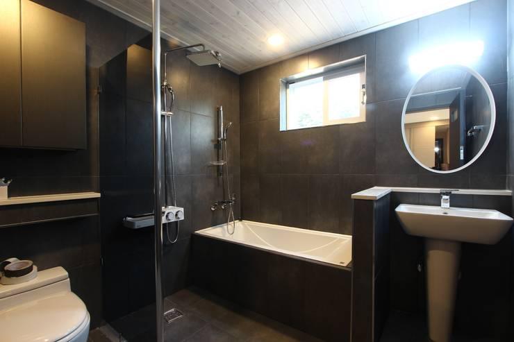 다크 그레이 욕실: (주)디엘건축의  욕실