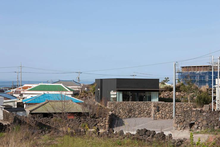 마을 초입, 도로에서 바라본 시호루.: 백에이어소시에이츠의  주택