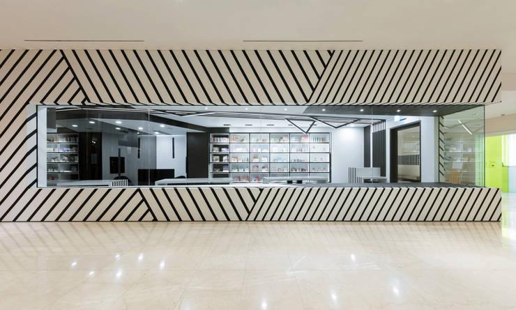 Espacios comerciales de estilo  por ARTEFACT, Moderno