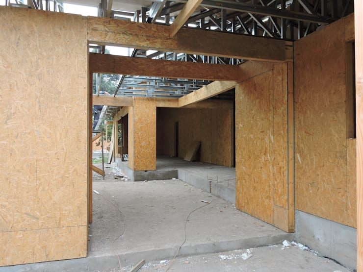 vista acceso en proceso: Pasillos y hall de entrada de estilo  por ATELIER3