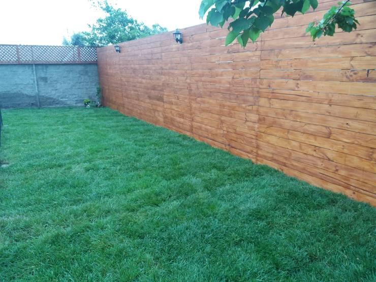 Deck de Muro: Antejardines de estilo  por Deck and Garden