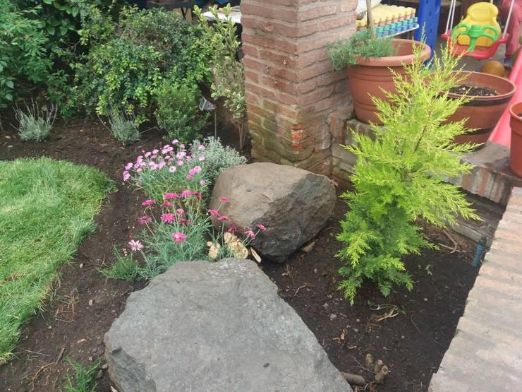 Rincón de piedras y plantas en La Reina: Antejardines de estilo  por Deck and Garden