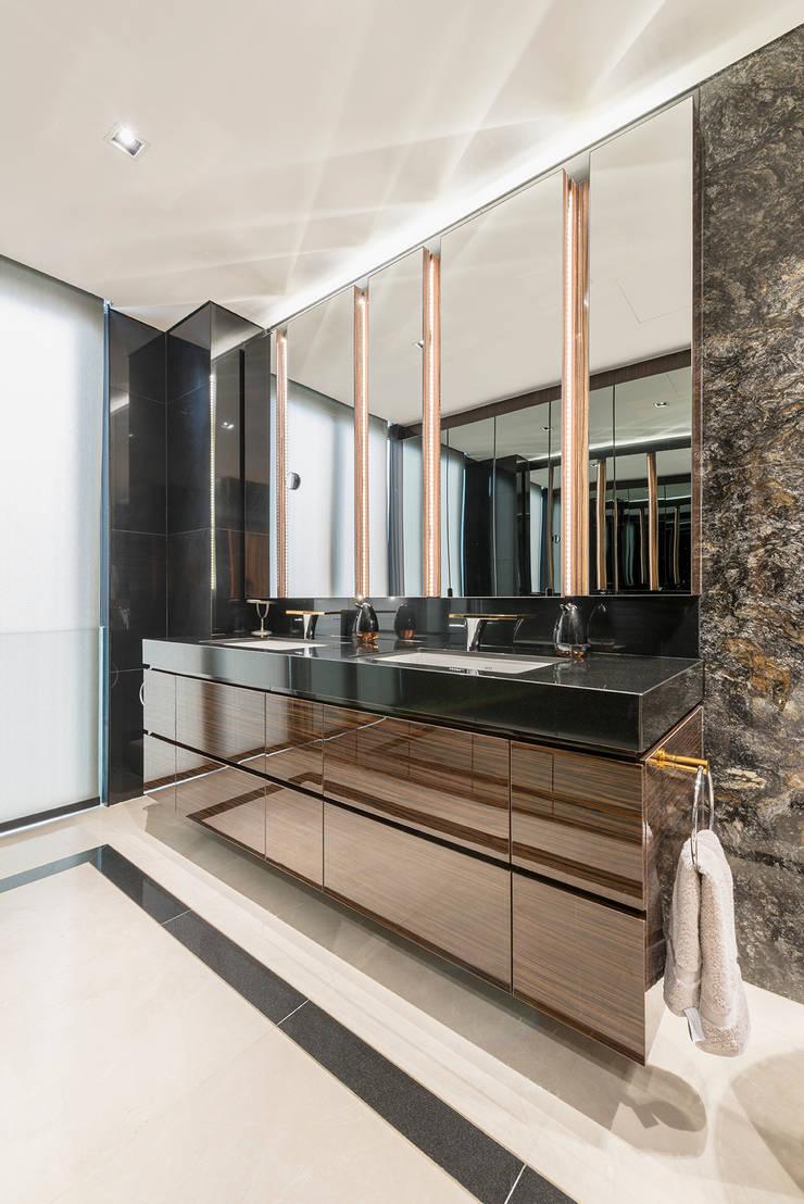 Design & Build: Landed House at Dunsfold Drive:  Bathroom by erstudio Pte Ltd