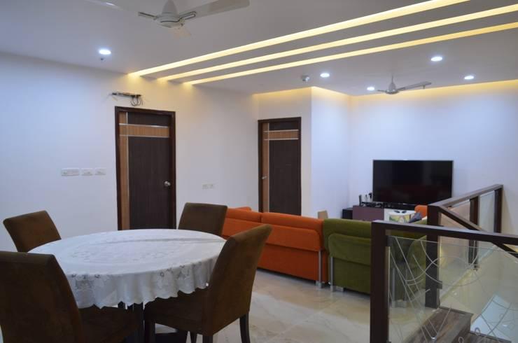 CLASSY DUPLEX HOUSE:  Living room by Vdezin Interiors