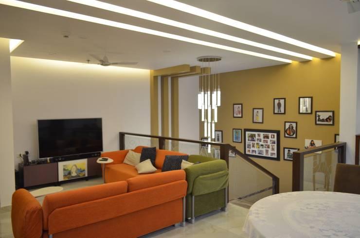 CLASSY DUPLEX HOUSE:  Media room by Vdezin Interiors