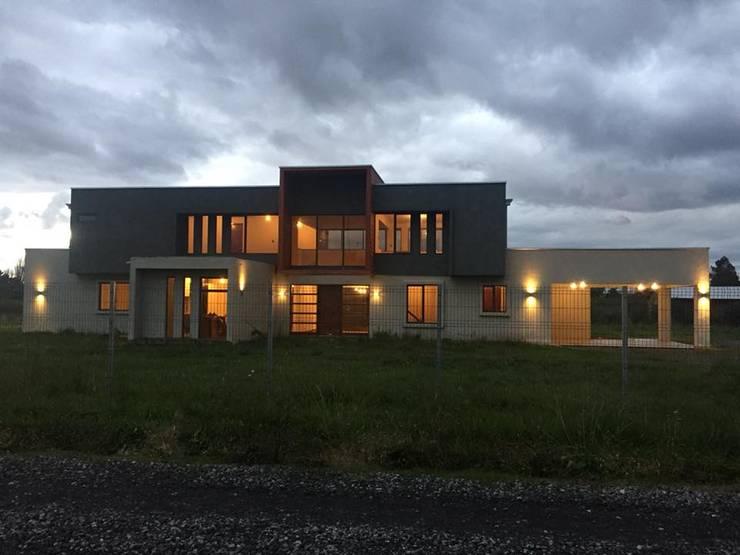 Imagen Frontal: Casas de estilo  por Constructora Rukalihuen