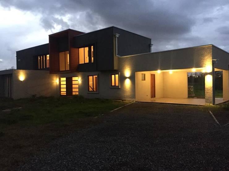 Imagen Diagonal: Casas de estilo mediterraneo por Constructora Rukalihuen