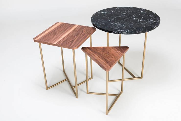 Lateral de madera y mármol: Salas de estilo  por TRRA