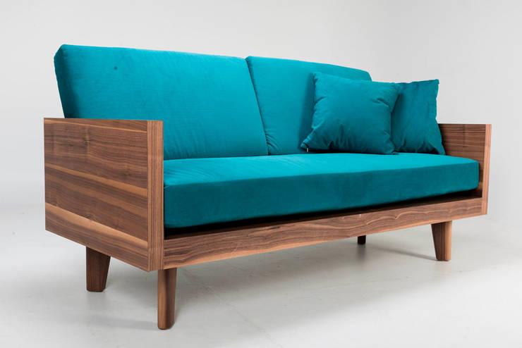 Sillón love de madera y tela Lapso: Salas de estilo  por TRRA