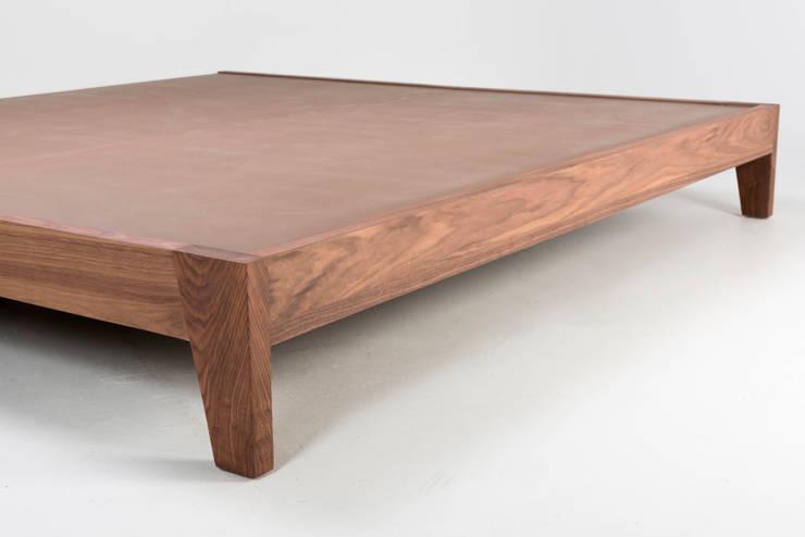 Base de madera Receso: Recámaras de estilo moderno por TRRA