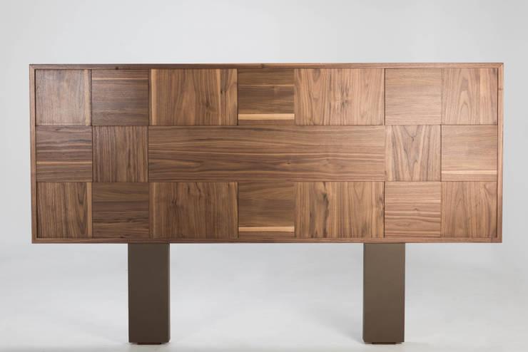 cabecera de madera Receso: Recámaras de estilo  por TRRA