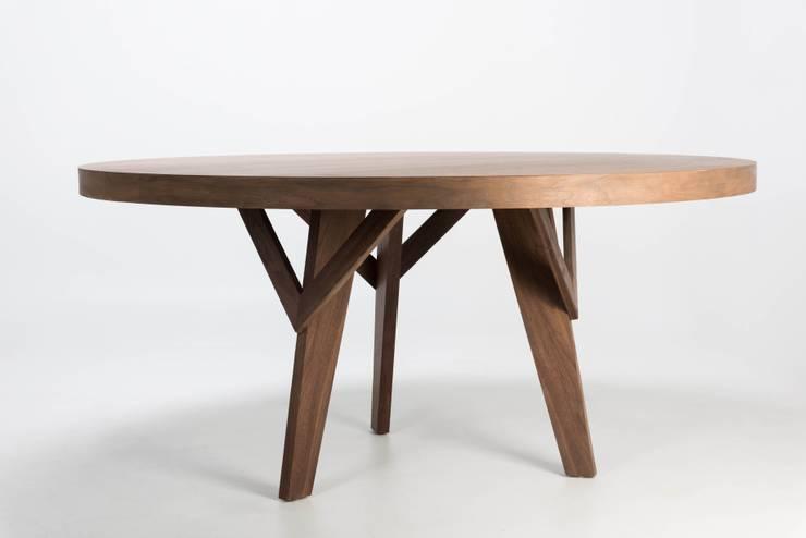 Mesa de madera Reunión: Comedor de estilo  por TRRA