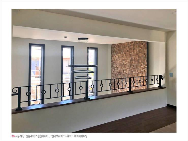 케이디아트월 , 엔비스퀘어 우드타일 시공사례, 경기도 양주 전원주택 / 미래하우징: 케이디우드테크 의  거실,컨트리