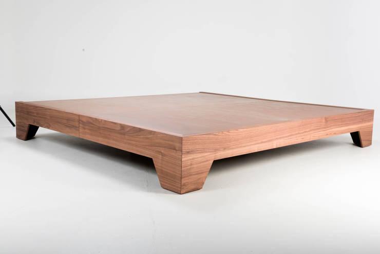 Base de madera Vintage: Recámaras de estilo  por TRRA
