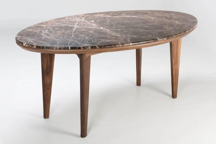 Mesa de madera y mármol Garbo: Comedor de estilo  por TRRA