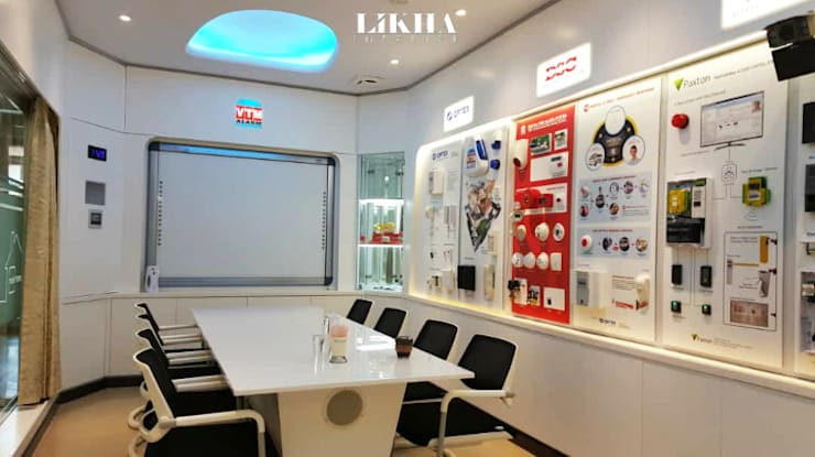 Meja Rapat & Area Presentasi:  Kantor & toko by Likha Interior