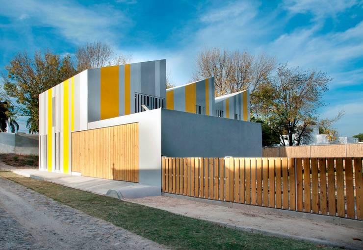 Huit House: Casas unifamiliares de estilo  por tactic-a