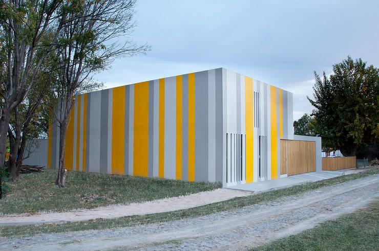 Huit House: Casas de estilo  por tactic-a