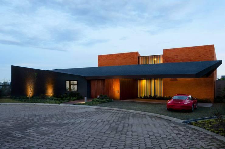 NB House: Casas de estilo industrial por tactic-a