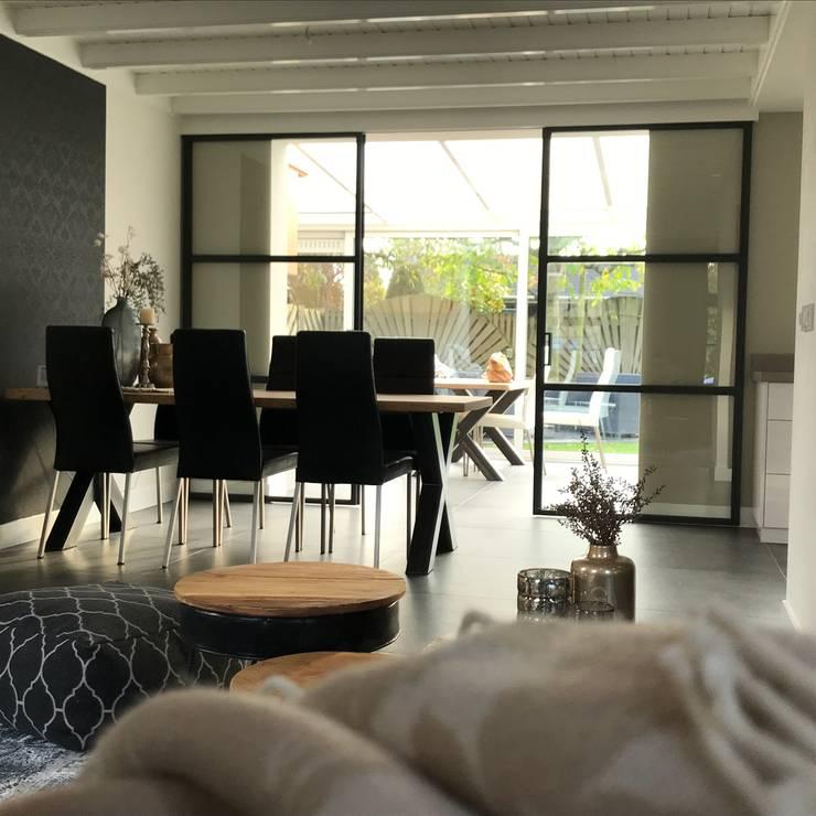 Modern Donker en Licht :  Woonkamer door Roozen Interieur Visie , Industrieel