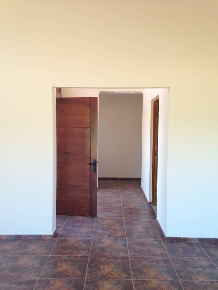 Casa siding Isla de Maipo: Pasillos y hall de entrada de estilo  por AG Gestión