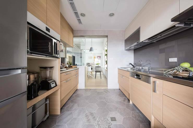 放。鬆宅 :  廚房 by 文儀室內裝修設計有限公司