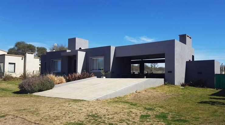 FACHADA MODERNA EN TONOS GRISES: Casas unifamiliares de estilo  por INTEGRA ESTUDIO,