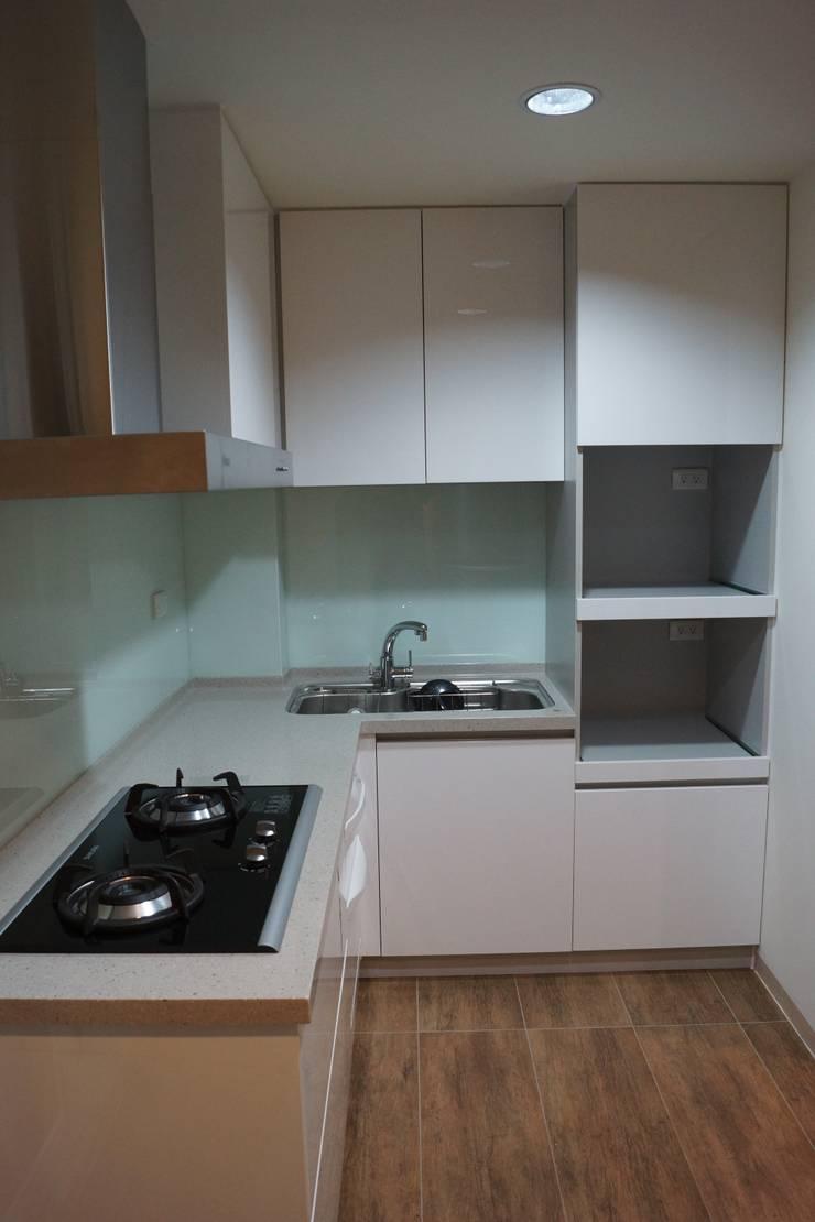 老屋修繕:  廚房 by 利佳室內裝修設計有限公司