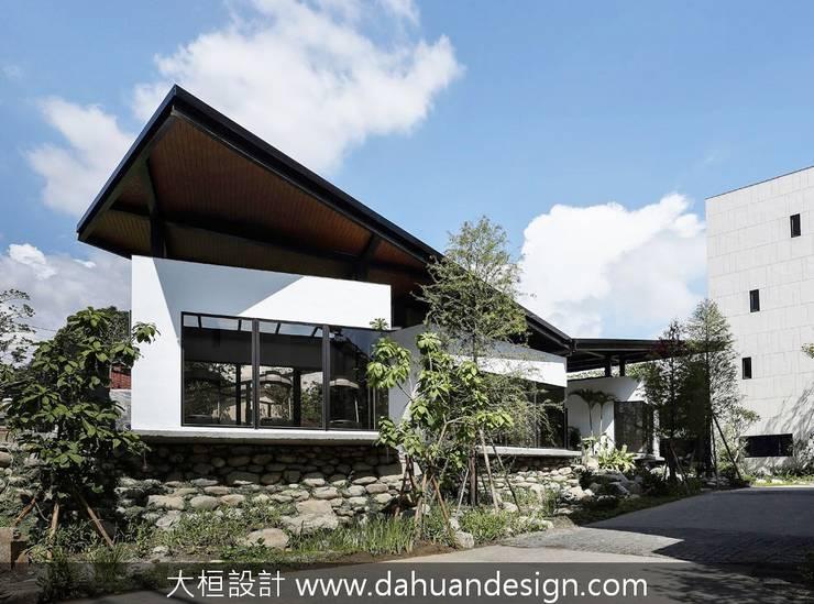 綠意環繞的公領域:  別墅 by 大桓設計顧問有限公司