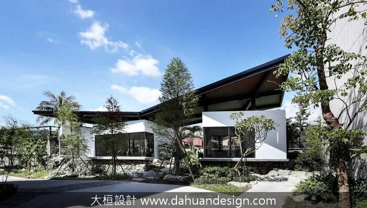 綠意交錯的生活風景:  別墅 by 大桓設計顧問有限公司