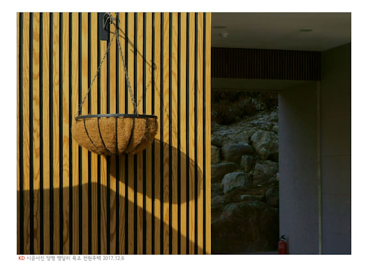 KD탄화목 Thermowood  외장재 시공현장  / 양평 전원주택 : 케이디우드테크 의  주택