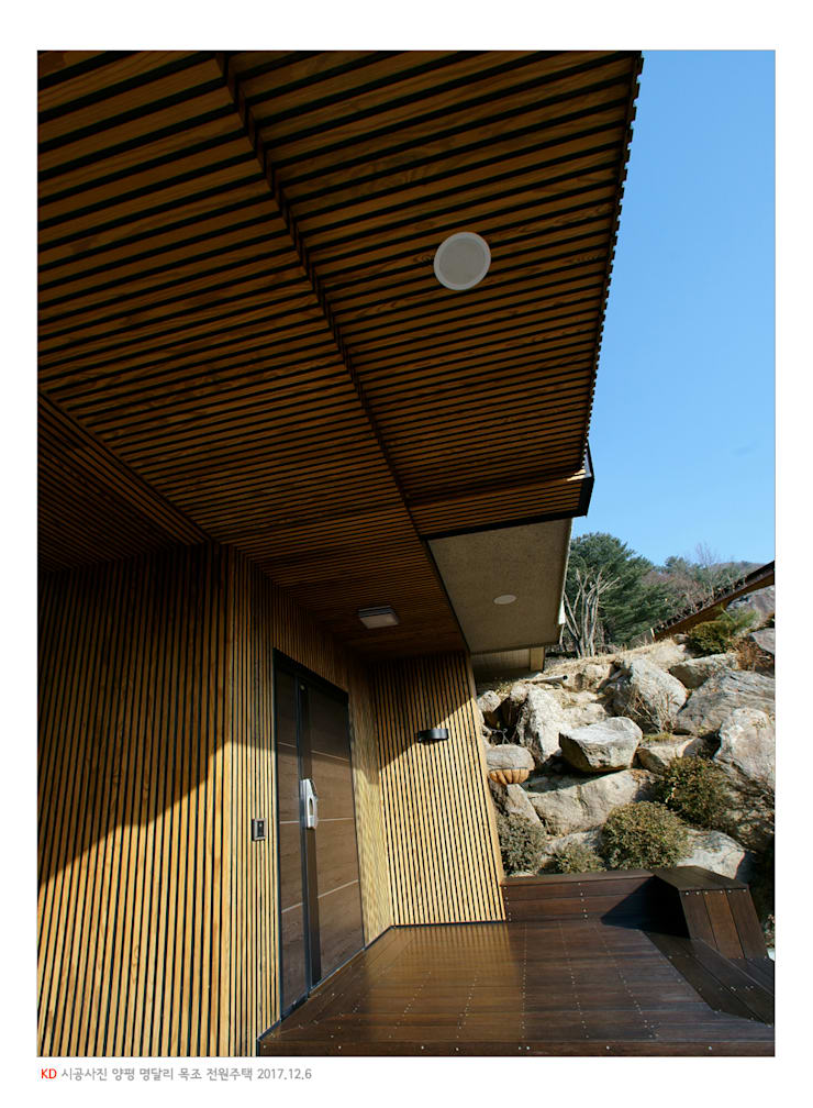 KD탄화목 Thermowood  외장재 시공현장  / 양평 전원주택 /외벽과 외부 천장: 케이디우드테크 의  주택