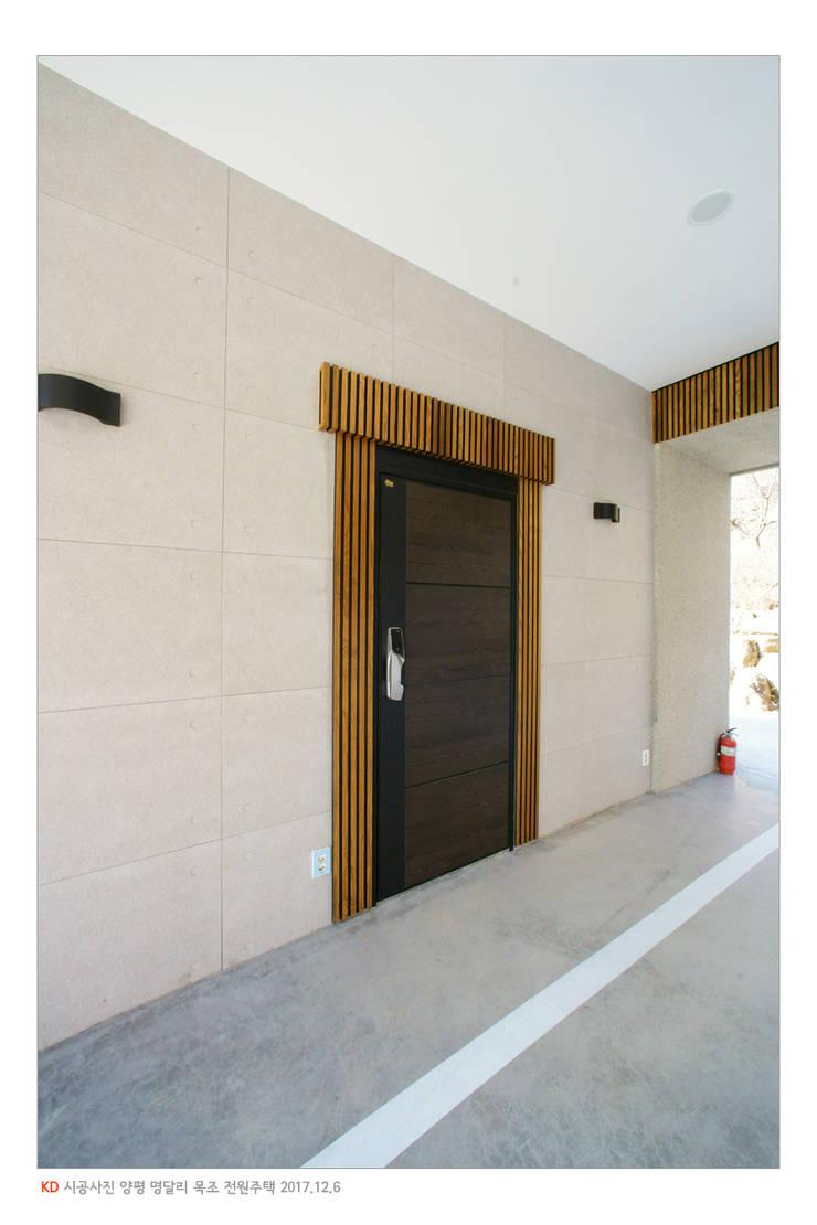 KD탄화목 Thermowood  외장재 시공현장  / 양평 전원주택 / 차고: 케이디우드테크 의  차고