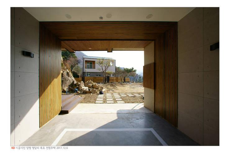 KD탄화목 Thermowood  외장재 시공현장  / 양평 전원주택 / 차고 익스테리어: 케이디우드테크 의  차고