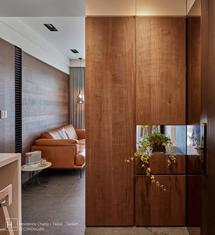 12 坪木質小公寓:  走廊 & 玄關 by SECONDstudio