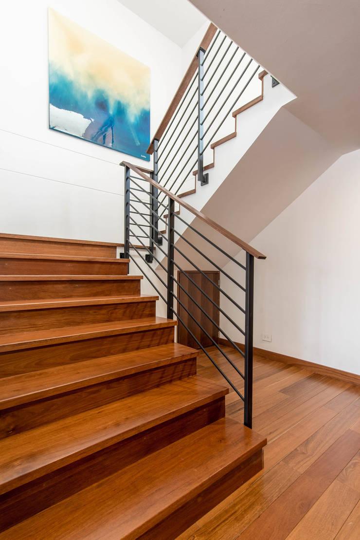 22-106: Escaleras de estilo  por ARCE S.A.S