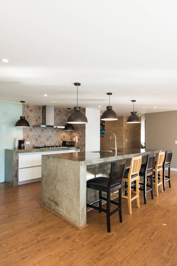 97-11A: Cocinas integrales de estilo  por ARCE S.A.S, Moderno Compuestos de madera y plástico