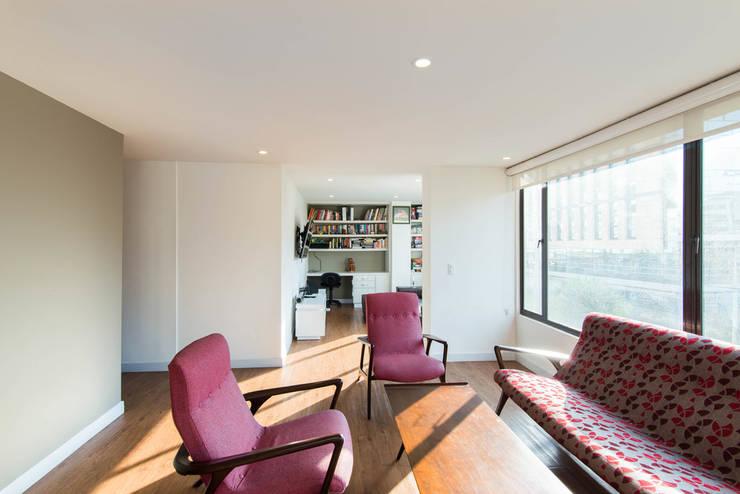 97-11A: Salas de estilo  por ARCE S.A.S, Clásico Compuestos de madera y plástico