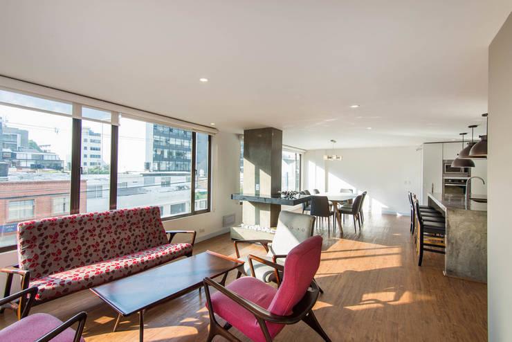 97-11A: Salas de estilo  por ARCE S.A.S, Moderno Derivados de madera Transparente