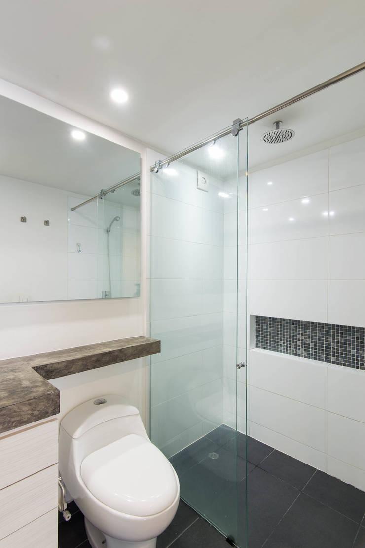 97-11A: Baños de estilo  por ARCE S.A.S, Moderno Azulejos