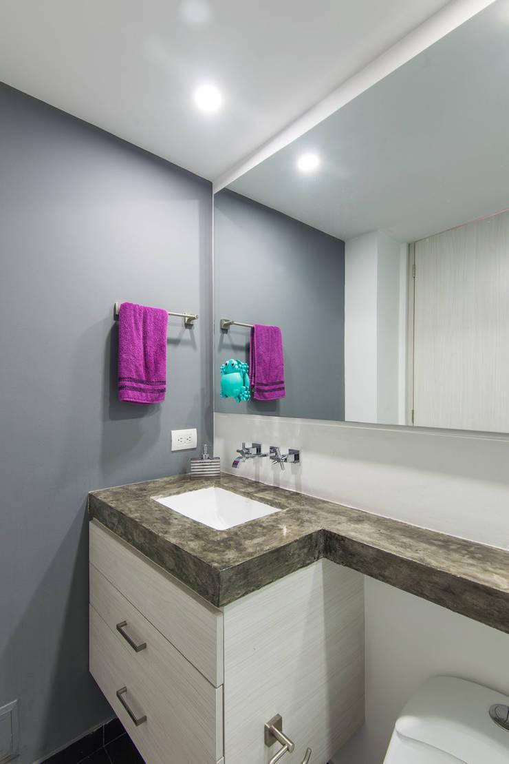 97-11A: Baños de estilo  por ARCE S.A.S, Clásico Azulejos