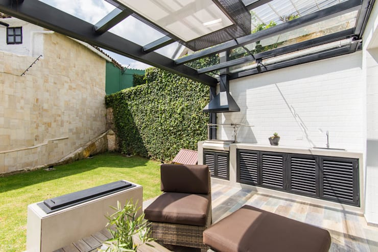 Sotileza: Balcones y terrazas de estilo  por ARCE S.A.S