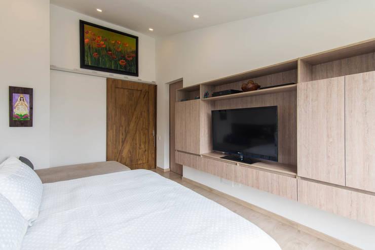 Sotileza: Dormitorios de estilo  por ARCE S.A.S