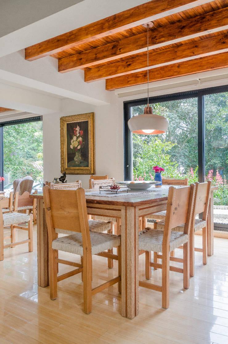 Casa El Abra: Comedores de estilo clásico por ARCE S.A.S