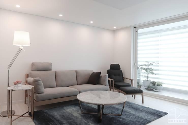 아늑하고 깨끗한 분위기의 선경아파트 31평 _ 이사 후: 홍예디자인의  거실,
